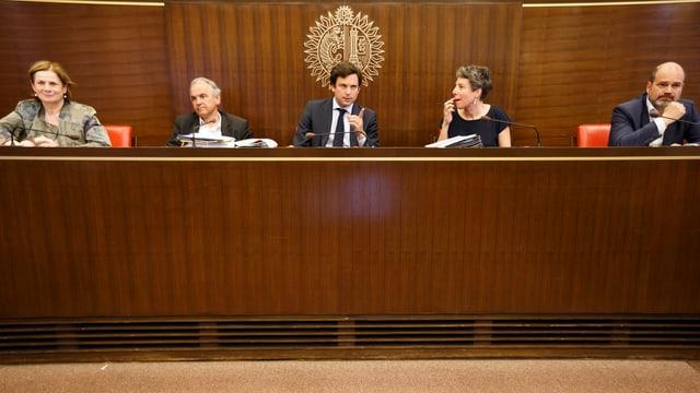 Stadtrat Bazzarone auf einem Podium umgeben von Referenten an einer Medienkonferenz im Jahr 2016.