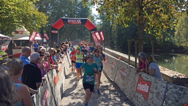Läufer mit viel Publikum bein Zwischenziel Schloss Hallwyl