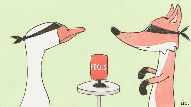 Eine Gans und ein Fuchs sitzen sich mit verbundenen Augen gegenüber - in der Mitte ein Focus-Mikrofon