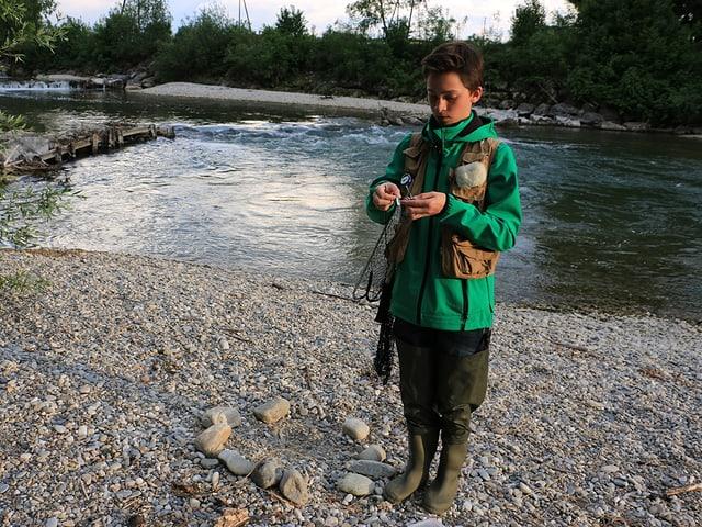 Junge beim Fischen