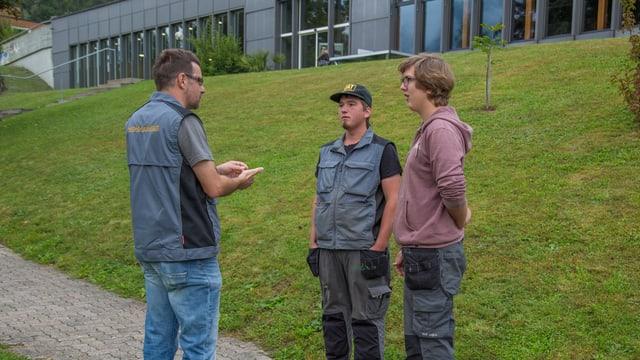 Marcus Flepp dat instrucziuns a Rick e Maik (da san.).