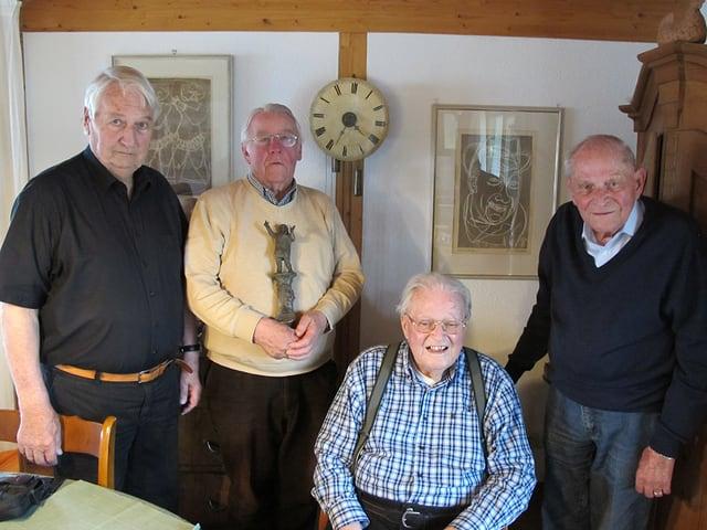 Vier Freunde von Karl Steuer im Wohnzimmer seines Sohnes.