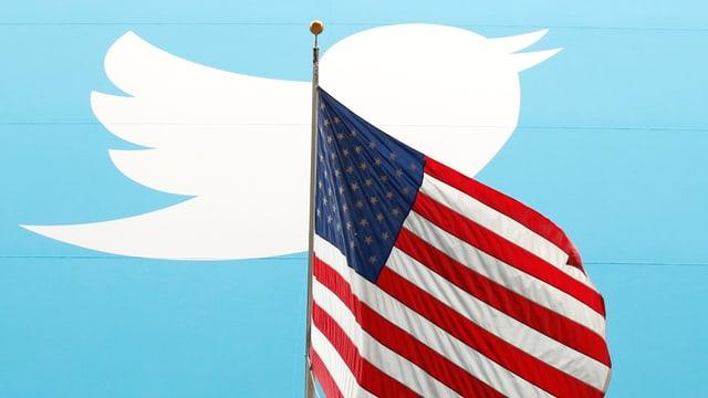 US-Flagge vor Twitter-Logo.
