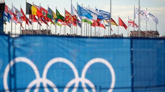 Im Olympiadorf wehen die Fahnen der teilnehmenden Nationen.