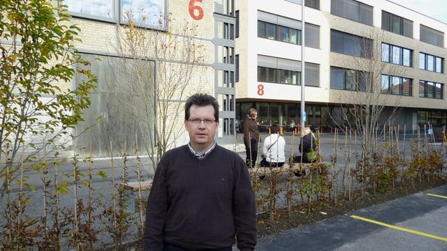 PH-Rektor Martin Schäfer im neuen Hochschulzentrum vonRoll. Hinter ihm die historische Weichenbauhalle 6 und der grosse Neubau.