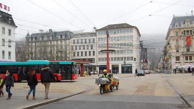 Platz mit Verkehr und Häusern