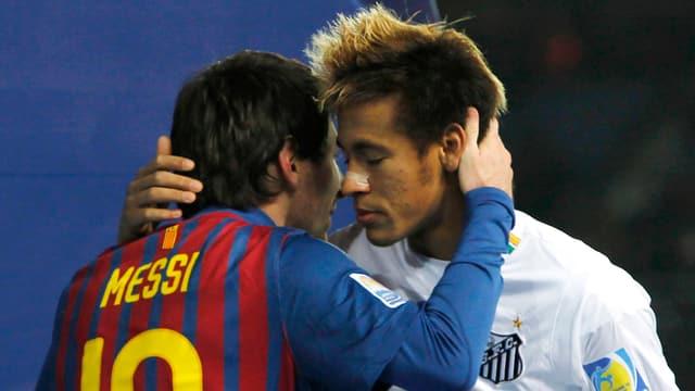 Was da wohl Lionel Messi Neymar ins Ohr flüstert?