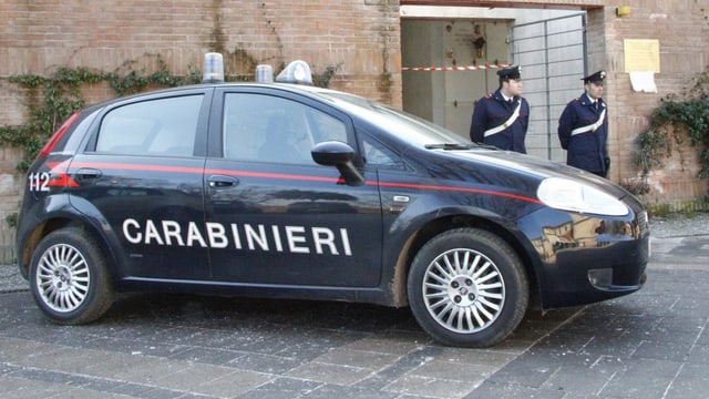Dus policists taliana avant l'auto da polizia.