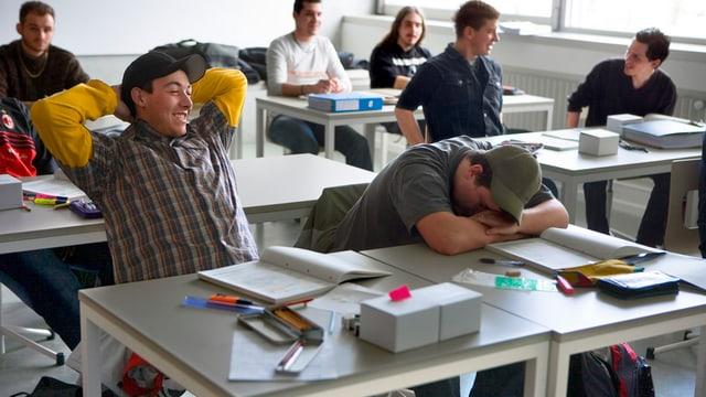 Blick in ein Klasserzimmer. Mehrere Schüler an ihren Tischen.