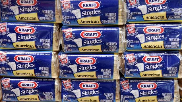 Aufgestappelte abgepackte Käsescheiben der Marke Kraft.