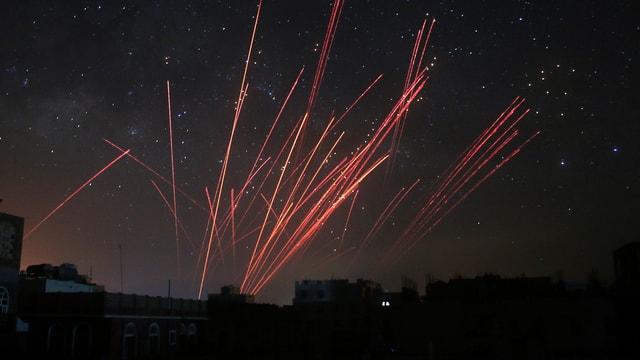 Luft-Abwehrgeschosse der Rebellen am Nachthimmel.
