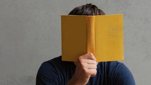Mann liest Buch.