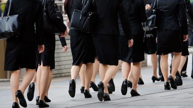 Nahaufnahme von Schuhen auf Japans Strassen.