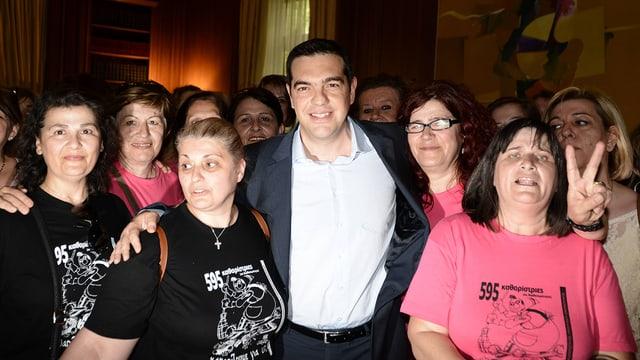 Tsipras posiert lächelnd mit rund einem Dutzend Frauen, sie haben ihre Stelle im Finanzministerium wieder zurückerhalten.