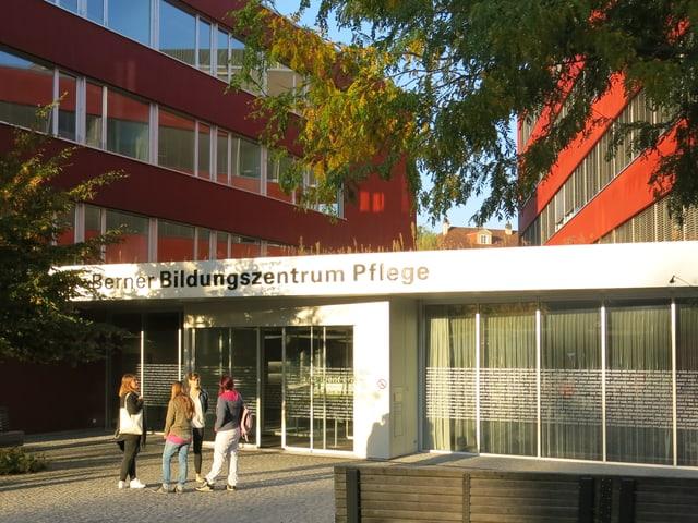 Blick auf den Eingang des Berner Bildungszentrums Pflege