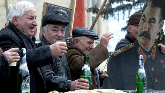Senioren feiern mit einem Stalin-Plakat dessen Geburtstag.