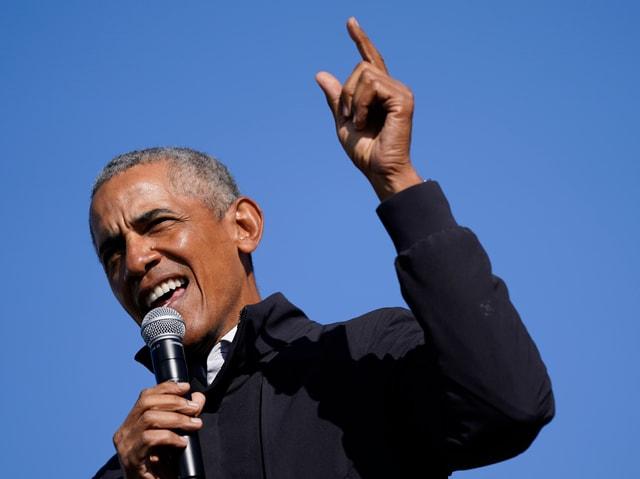 Mann mit Mikrophon in der Hand