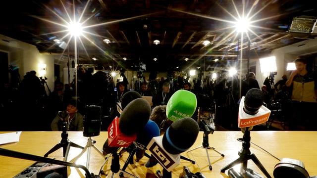 Microfons da schurnalists che spetgan sin ils resultats definitivs.