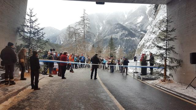 L'avertura dal tunnel «Val Pischöt» enromà da la musica unida Tschlin e Ramosch.