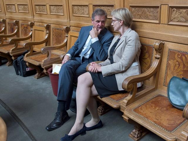 Isidor Baumann während eines Pausengesprächs mit seiner Urner Kollegin Gaby Huber.