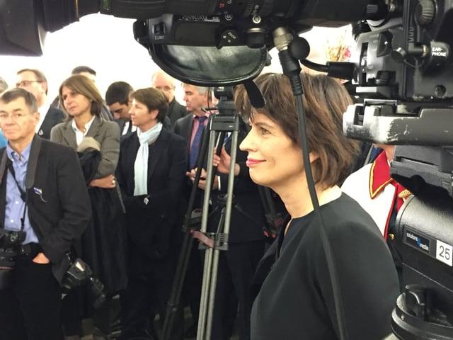 Doris Leuthard umgeben von vielen Medienschaffenden.
