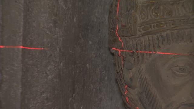 Kopf der Statue mit Fadenkreuz