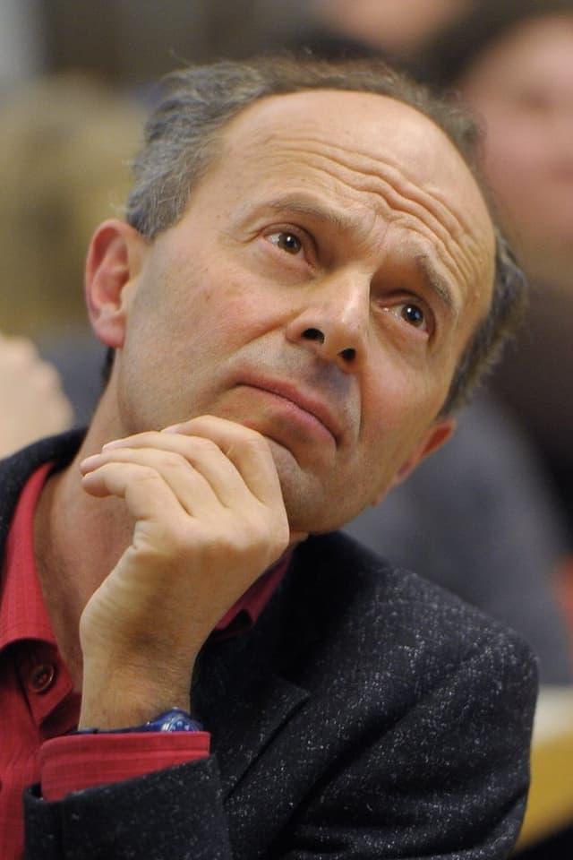 Portrait eines stirnrunzelnden Richard Wolff an der Delegiertenversammlung der SP