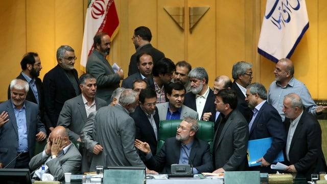 Parlamentsabgeordnete diskutieren heftig, jemand schlägt die Hände vors Gesicht.