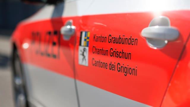 Ina part d'in auto da polizia grischun cun il logo.