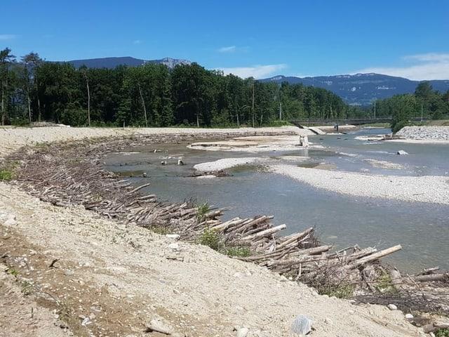 Breiter Fluss mit viel Kies.