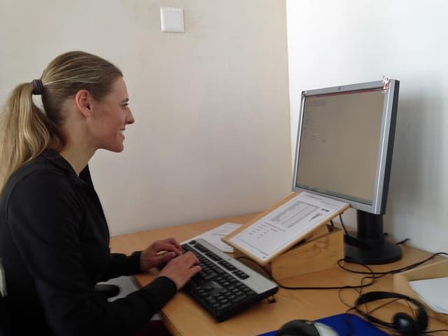 Jennifer Eigenmann am Computer