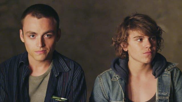 Zwei junge Männer nebeinander.