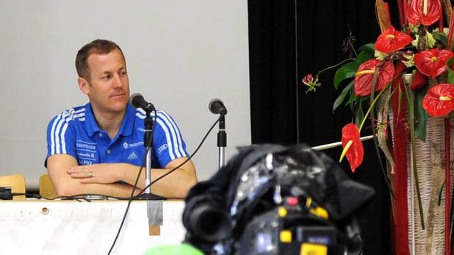 Medienchef Lorenz Liechti an einer Medienkonferenz.