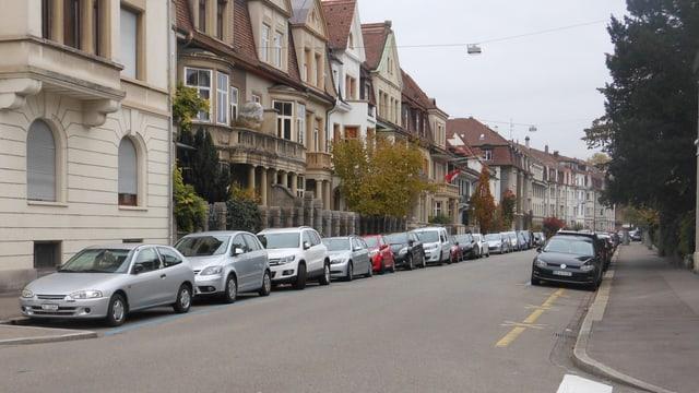 Wettsteinallee in Basel, alle Parkplätze sind belegt.