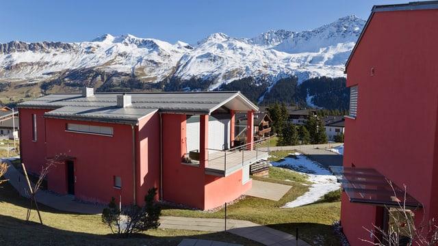 Neue Häuser in Arosa-Lenzerheide, im Hintergrund Alpenpanorama.