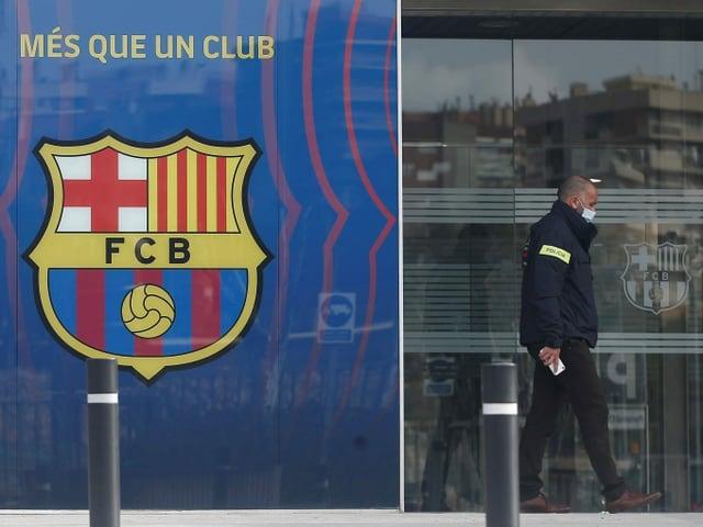 Ein Polizist verlässt die Geschäftsstelle des FC Barcelona nach der Razzia
