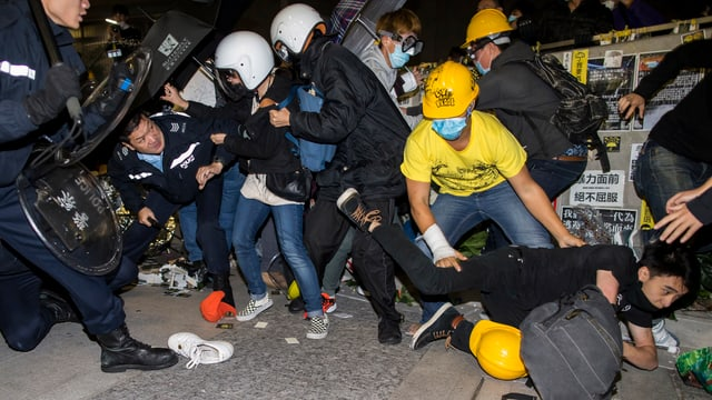 Zusammenstösse zwischen Polizisten und Demonstranten in Hongkong