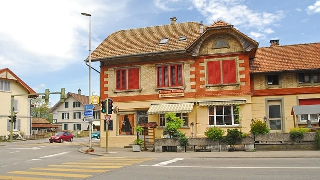 Altes Haus neben Kreuzung