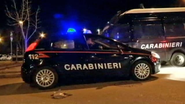 Zwei Fahrzeuge der italienischen Polizei, eines davon mit Blaulicht.