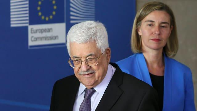 Abbas vor Mogherini, im Hintergrund ein EU-Emblem.