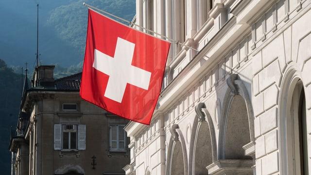 Schweizer Fahne an Gebäude.