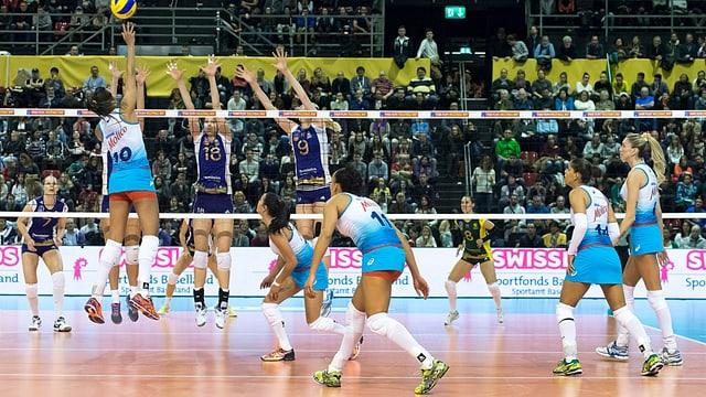 Zwei Volleyballteams während einem Match in der St. Jakob-Halle.