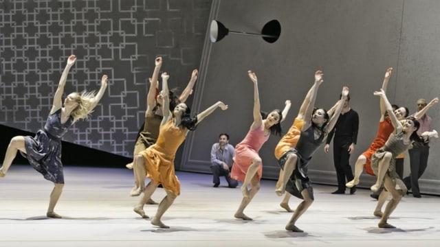 Tänzerinnen mit ausgreifenden Bewegungen erobern die mit schrägen Elementen gestaltete Bühne.
