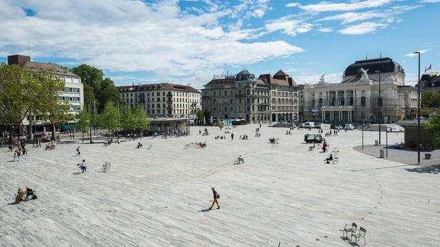 grosser Steinplatz mit Häusern im Hintergrund