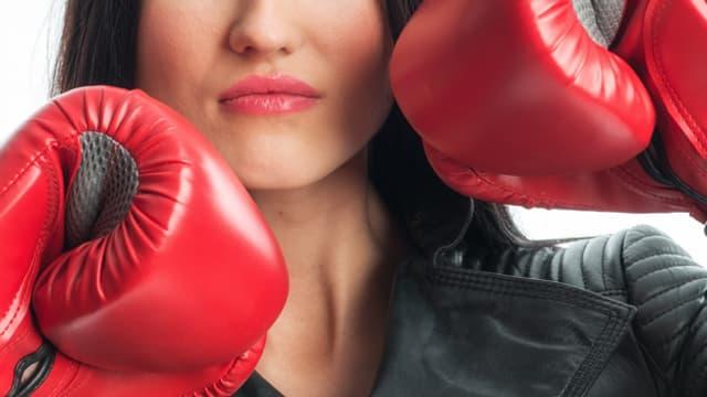 Frau mit Boxhandschuhen