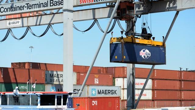 Ein Container wird im Rheinhafen Basel auf ein Schiff verladen