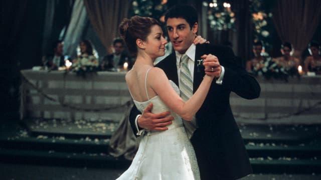 Ein Brautpaar tanzt.