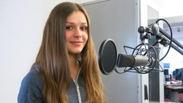 Ein Porträt der jungen Frau im Studio
