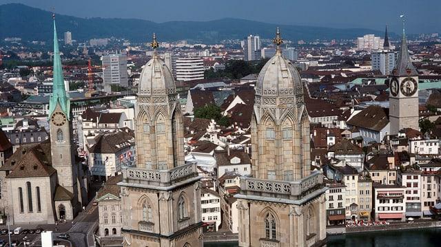 Die Kirchtürme der Stadt Zürich, inklusive Fraumünster, Grossmünster und St. Peter.