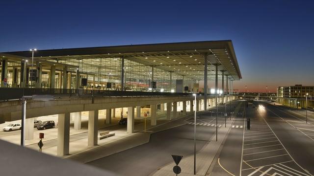 Flughafengebäude bei einbrechender Nacht.